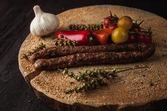 传统简单的膳食设定了用肉和菜 免版税库存照片