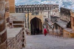 传统红色莎丽服& x28的印地安夫人;Jaisalmir堡垒,斋浦尔市,拉贾斯坦,印度 免版税图库摄影