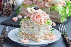传统美味瑞典三明治蛋糕Smorgastorta w片断  库存图片