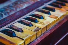 传统老和多灰尘的小风琴特写镜头  库存图片