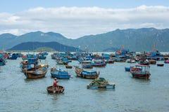 传统老木越南小船和圆的渔船Thung柴 地方被编织的竹篮子小船或小圆舟停泊了得近 免版税库存图片