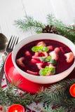传统自创红色罗宋汤饺子圣诞节桌 免版税库存照片