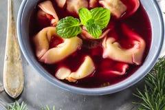 传统自创红色罗宋汤饺子圣诞节桌 免版税库存图片