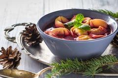 传统自创红色罗宋汤饺子圣诞节桌 免版税图库摄影