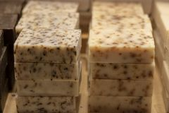 传统草本肥皂 有在白色的植物品种 它在商店前面被采取了 免版税图库摄影