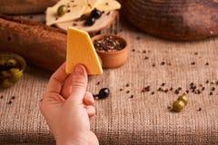 传统荷兰人半不幸供食用在农村桌上的橄榄与袋装 长方形宝石和面包 库存图片