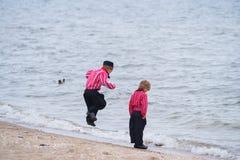 传统荷兰服装的两个男孩 免版税库存照片