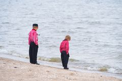传统荷兰服装的两个男孩 库存图片