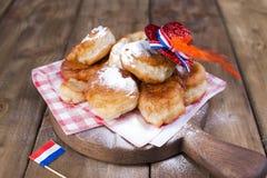 传统荷兰甜酥皮点心 国王的宗教节日 装饰 橙色事为假日 一个快活的假日在荷兰 图库摄影