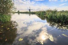 传统荷兰风车小孩堤防世界联合国科教文组织遗产 库存照片