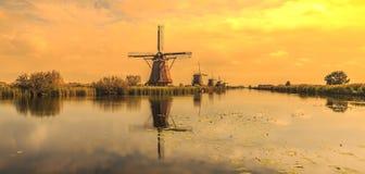 传统荷兰风车小孩堤防世界联合国科教文组织遗产 免版税库存照片