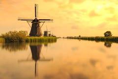 传统荷兰风车小孩堤防世界联合国科教文组织遗产 免版税库存图片