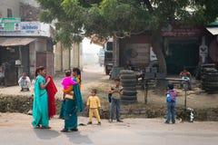 传统莎丽服的印第安妇女有在典型的中央的孩子的 免版税库存图片