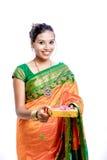 传统莎丽服的愉快的年轻美丽的传统印地安妇女 免版税库存图片