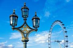 传统葡萄酒街灯在伦敦-伦敦眼 免版税库存照片