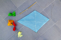 传统蓝色儿童金刚石的风筝 库存图片