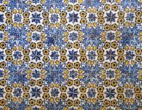 传统蓝色和黄色葡萄牙花卉样式在丰沙尔马德拉给有重复的设计陶瓷轮胎上釉 库存照片