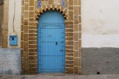 传统蓝色摩洛哥门 免版税图库摄影