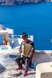 传统街道音乐家在Oia镇,圣托里尼 库存图片