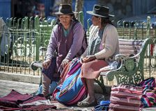 传统衣物的在地方Tarabuco星期天市场上,玻利维亚未认出的本地当地盖丘亚族人的人 免版税库存照片