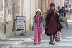 传统衣物的在地方Tarabuco星期天市场上,玻利维亚未认出的本地当地盖丘亚族人的人 库存照片