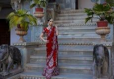 传统衣物的美丽的年轻印地安妇女有新娘的 免版税图库摄影