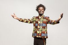 传统衣裳暴牙的微笑的友好的非洲的人,说welco 免版税库存照片