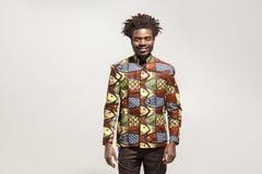 传统衣裳暴牙的微笑的幸福非洲人 免版税库存照片