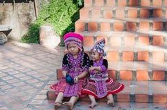 传统衣裳的两个泰国孩子在对清迈金黄寺庙的台阶  免版税图库摄影