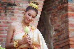 传统衣裳的妇女折叠用于佛教宗教仪式的莲花瓣  莲花代表身体纯净  库存照片