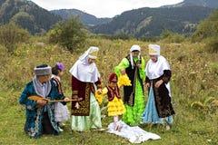 传统衣裳的游牧人,阿尔玛蒂,哈萨克斯坦 免版税库存图片