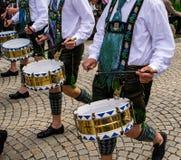 传统衣裳的鼓手穿过城市拉扯鼓 免版税库存照片