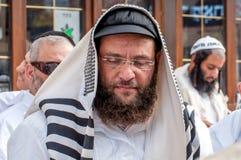传统衣裳的Hasids香客 披巾-犹太晨祷披巾 Rosh haShana节日,犹太新年 免版税库存图片