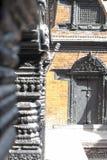 传统被手工造的木门和柱子在大厦 免版税库存图片