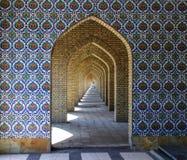 传统装饰品和样式在蓝色背景在伊朗清真寺 库存照片