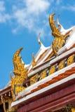 传统装饰品的细节在一个屋顶的在曼谷玉佛寺宫殿,亦称鲜绿色菩萨寺庙 曼谷, Thail 库存图片