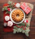 传统装饰的圣诞节蛋糕在木桌上 库存图片