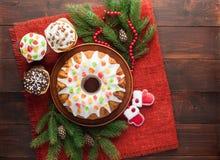 传统装饰的圣诞节蛋糕在木桌上 免版税库存图片