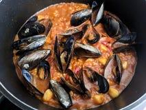 传统西班牙海鲜肉菜饭 图库摄影