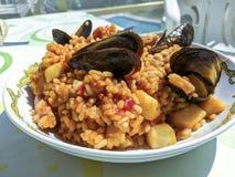 传统西班牙海鲜肉菜饭 免版税库存图片