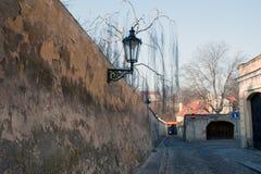 传统闪亮指示的街道 免版税库存照片