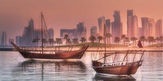 传统阿拉伯单桅三角帆船小船在多哈港口 图库摄影