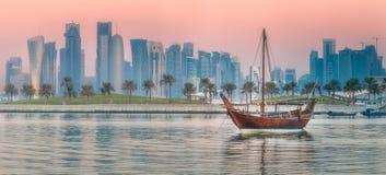 传统阿拉伯单桅三角帆船小船在多哈港口 免版税库存照片