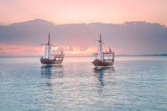 传统阿拉伯单桅三角帆船小船在多哈港口 库存图片