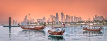 传统阿拉伯单桅三角帆船小船在多哈港口 免版税图库摄影