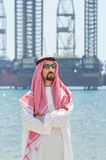传统阿拉伯衣物的海边 免版税库存图片