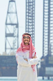 传统阿拉伯衣物的海边 免版税库存照片