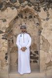 传统阿曼成套装备的阿拉伯人在一座老城堡 免版税库存照片