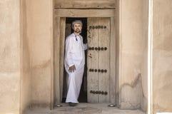 传统阿曼成套装备的阿拉伯人在一座老城堡 库存图片