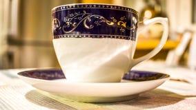 传统陶瓷杯子用在厨房用桌上的咖啡 图库摄影
